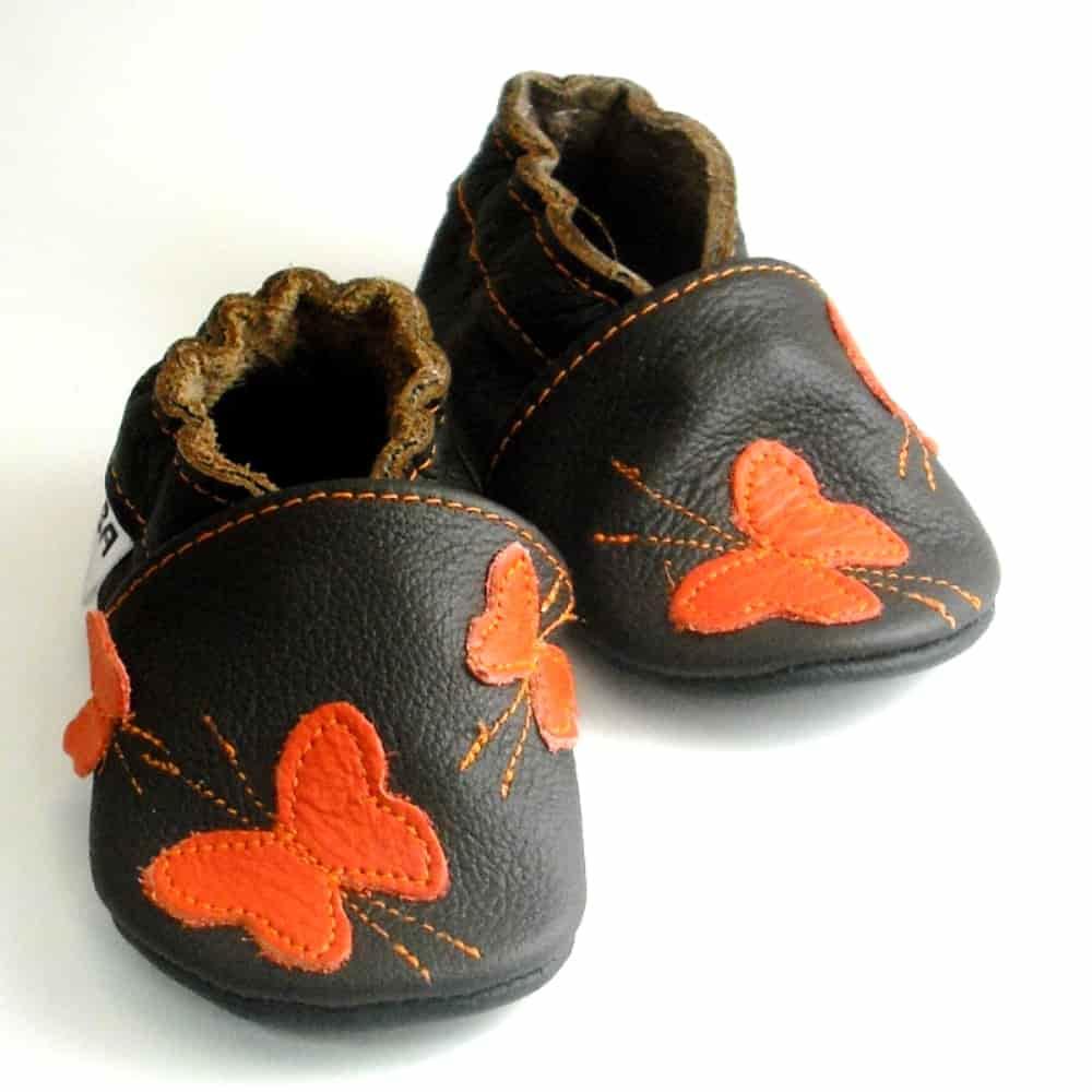 Бабочки оранжевые на тёмно-коричневом